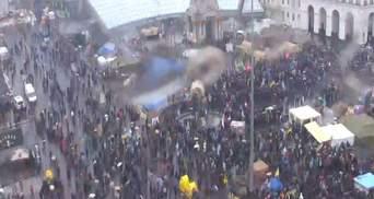 """На Майдані — кількатисячне віче, у Маріїнському — """"тітушки"""" (Фото)"""