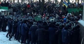"""У Дніпропетровську міліція """"загрібає"""" випадкових перехожих, """"тітушки"""" полюють на журналістів"""