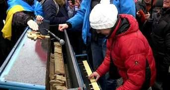 На луганському Євромайдані також поставили піаніно