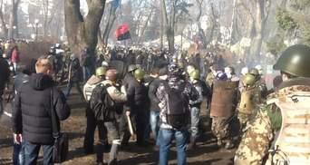 """У Маріїнському парку """"тітушки"""" кидають коктейлі Молотова в активістів (Фото)"""