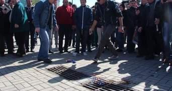 У Дніпропетровську теж проросійський мітинг: сепаратисти спалили прапор ЄС (Фото)