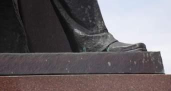 У Тернополі облили зеленкою пам'ятник Бандері (Фото)