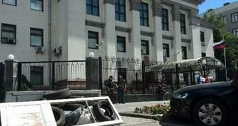 Посольство РФ забросали взрывпакетами и мостовой (Фото)