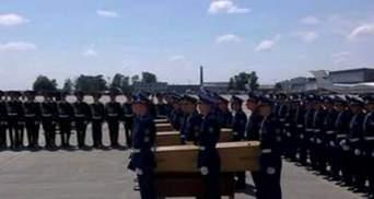 Самые яркие фото 23 июля: часть тел с Boeing доставили в Амстердам, Герман отдала сумочку