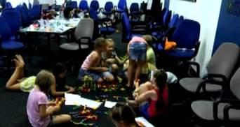 """Волонтери створили """"дитячий садок"""" для дітей переселенців"""