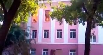 У Луганську горить школа, яку обстріляли терористи (Відео)