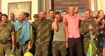 Херсонці зустріли бійців, що повернулися з-під Іловайська