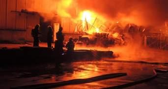 В Киеве продолжается ликвидация мощного пожара недалеко от киностудии им. Довженко