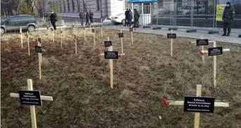 Перед російським посольством встановили хрести з іменами загиблих у Маріуполі