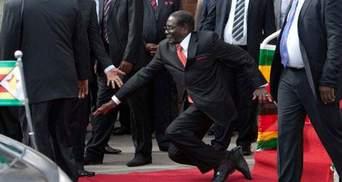 90-летний президент Зимбабве упал с лестницы во время выступления