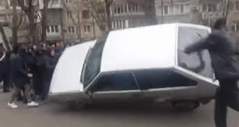 """Беспорядки в Одессе: """"титушки"""" перекрыли дорогу и перевернули автомобиль"""