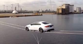 Новий Jaguar XF пролетів над Темзою