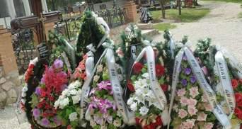 На могиле сына Януковича появилась табличка с его именем