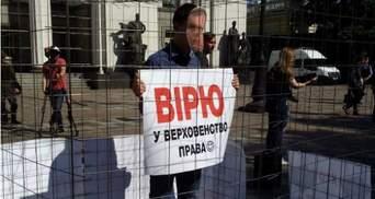 """На акции под Радой """"Клюева"""" посадили в клетку"""