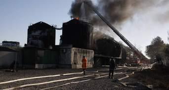 Пожежа під Києвом: один резервуар продовжує горіти