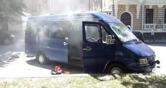 Стычки в Харькове: сожженный микроавтобус, одного активиста ранено