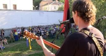Известные музыкальные группы сыграли под следственным изолятором