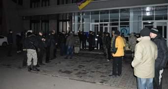 Ночные баталии в Кривом Роге: минирование, отключение света и блокирование здания