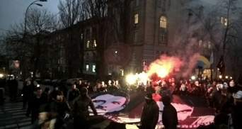"""Под прокуратурой Киева зажгли файеры и скандируют """"Революция"""""""