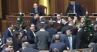 """""""Самопоміч"""" і радикали заблокували трибуну Ради: вимагають вибори у Кривому Розі"""