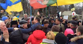 Люди під Радою поносили на руках Соболєва та Семенченка