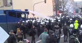 """Немецкая полиция """"открыла огонь"""" из водометов в Кельне"""