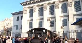 К российскому посольству в Киеве сходятся люди