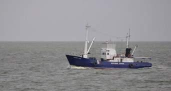 Корабель ФСБ Росії вже два дні стоїть біля узбережжя Маріуполя