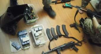 Пулеметы, автоматы, золотые пистолеты: в соратника Януковича СБУ нашла тайник с оружием