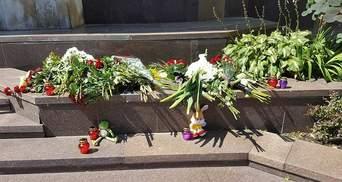 Теракт у Ніцці: українці несуть квіти до посольства Франції