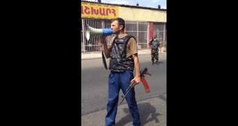 Появилось видео, как вооруженные люди захватили участок полиции в Ереване
