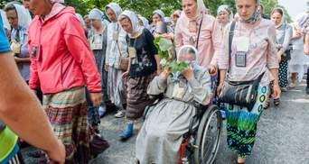 Крестный ход пошел на Киев: много полиции, икон и экстраординарные обряды с микрофонами
