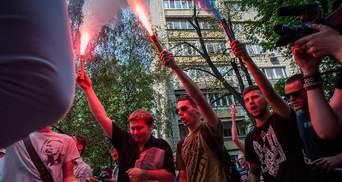 Реки крови и зажженные файеры: как активисты пикетировали здание ГПУ