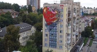 У Києві з'явився новий мурал про оманливу любов Росії
