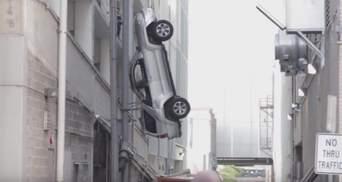Автівка вилетіла з 9-го поверху, водій дивом врятувався: опубліковано вражаюче відео
