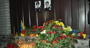 Горы цветов и заплаканные полицейские: в Днепре попрощались с убитыми патрульными