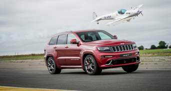 Незвичні перегони: Jeep Grand Cherokee SRT позмагався на швидкості з літаком