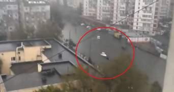 """По затопленной улице Одессы """"проплыл"""" катер"""