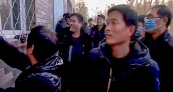В Китае титушки заблокировали журналистов BBC