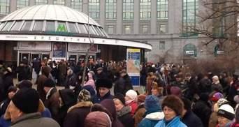 У центрі Києва люди знову вийшли на мітинг
