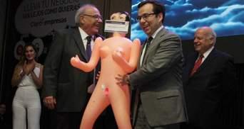Чилийский политик вляпался в скандал из-за секс-подарка: появились курьезные фото