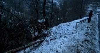 Автобус сорвался в пропасть на Закарпатье: появились жуткие фото