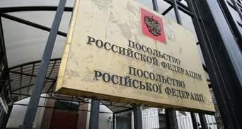 У російського посольства у Києві забирають землю