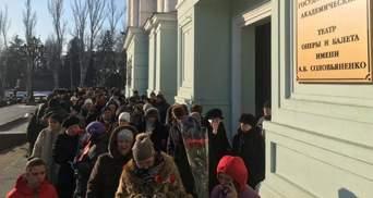 """Студентів і бюджетників автобусами звозять на похорон """"Гіві"""": з'явилось фото"""