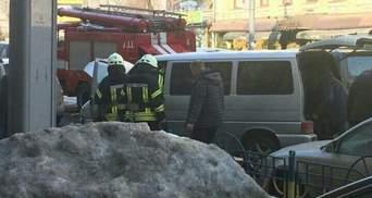 Микроавтобус средь бела дня загорелся в центре Киева