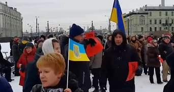 Российского оппозиционера почтили украинскими флагами