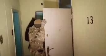 Без постановления суда, но со спецназом: эксклюзивное видео с обыска квартиры Марушевской