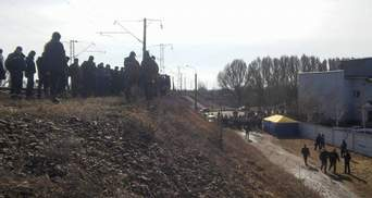 Нардепы и блокировщики в Конотопе останавливают поезда из России: опубликовали фото