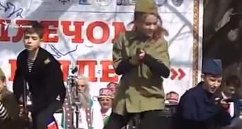 Дети с автоматами: сеть шокировало видео с концерта в Севастополе