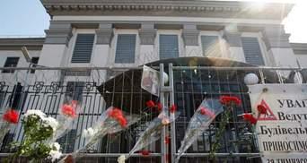 Одиночные цветы в кривом заборе: под посольством РФ в Киеве тоже выражают соболезнования